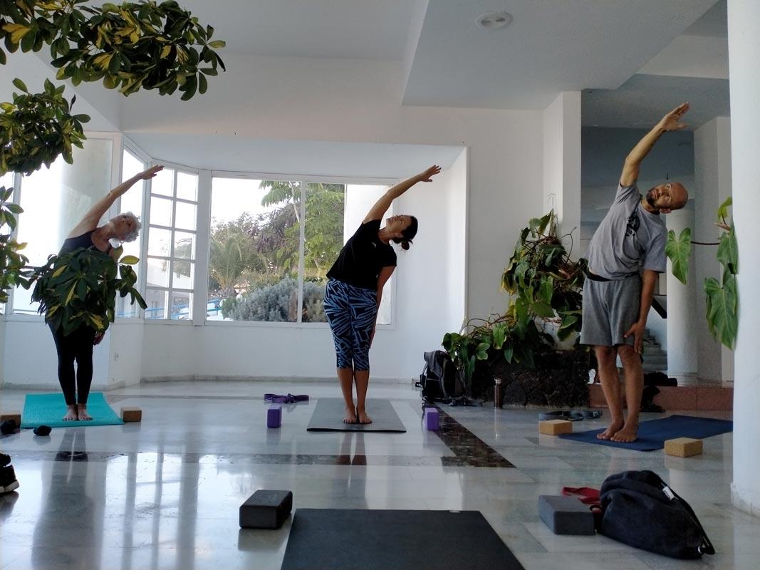 Yoga4freedom_Parsva-Urdhva-Hastasana_PlayaParaiso-classes