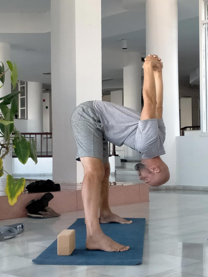 Yoga4freedom_padottanasana-Linas_PlayaParaiso-classes